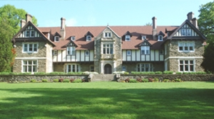 Charmant The Mansion At Cabrini With A Large Yard In Front Outdoor Dining