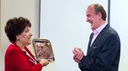 Maria Vizcarrondo, Executive Director of the Nerney Leadership Institute, presents Tom Nerney '77 with an award
